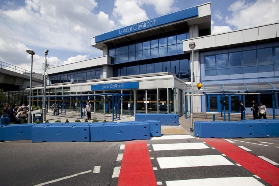 Борцы заправа чернокожих заблокировали аэропорт английского Сити