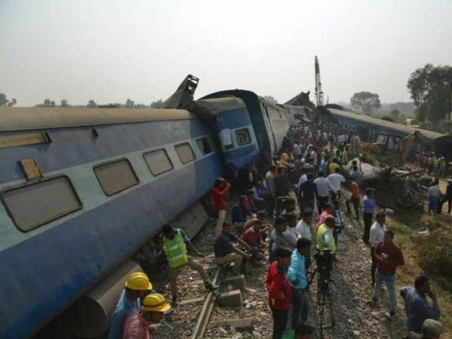 Число погибших железнодорожной катастрофы вИндии превысило 100 человек