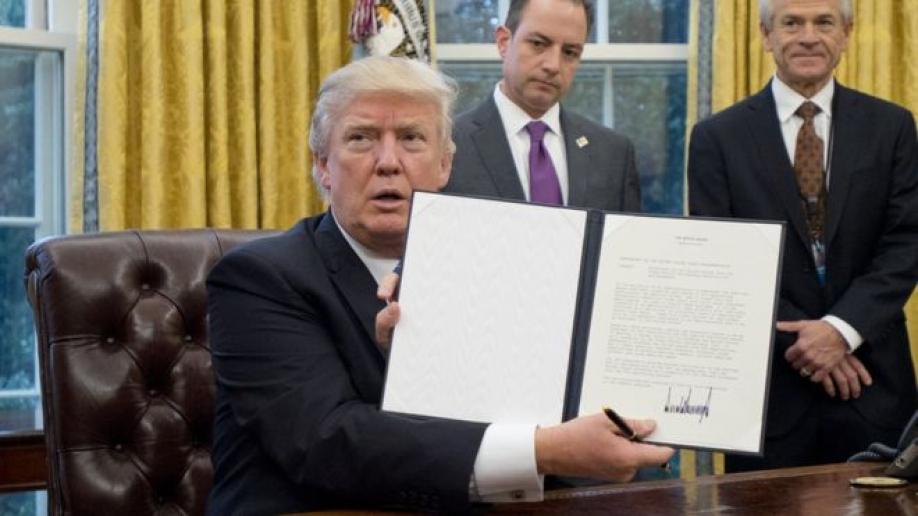 Трамп приступил квыполнению собственных предвыборных обещаний: США оставляет крупнейший торговый союз
