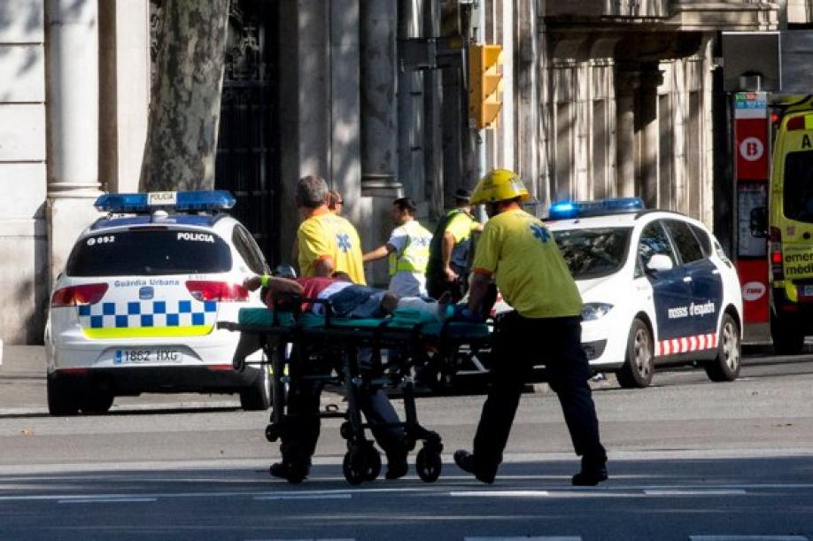 Фургон въехал втолпу, есть жертвы — Теракт вБарселоне