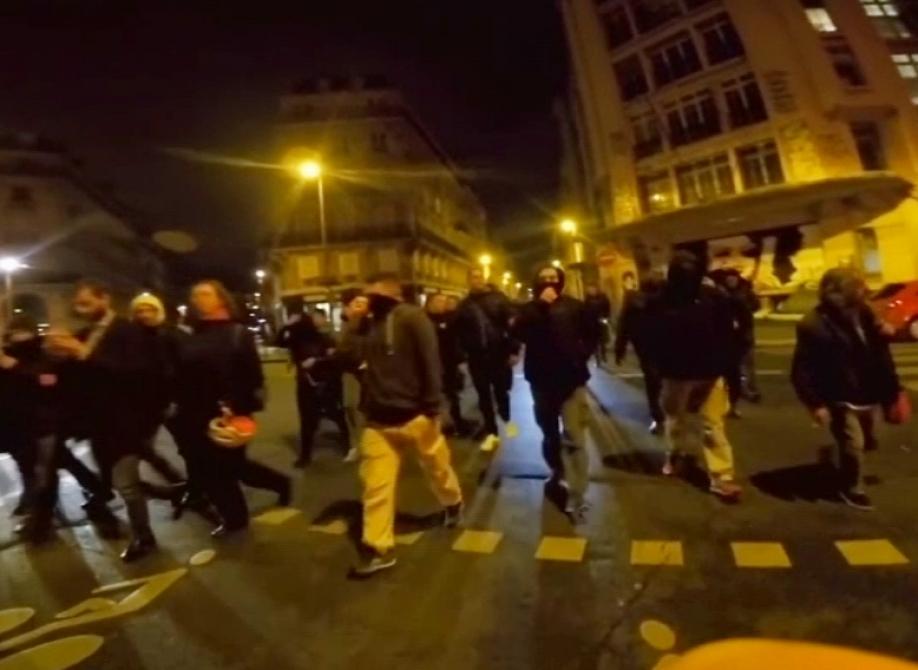 500 полицейских устроили акцию протеста встолице франции, перекрыв проспект наЕлисейских полях