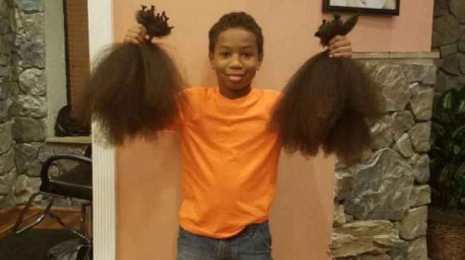 Мальчик 2 года отращивал волосы для париков онкобольным детям