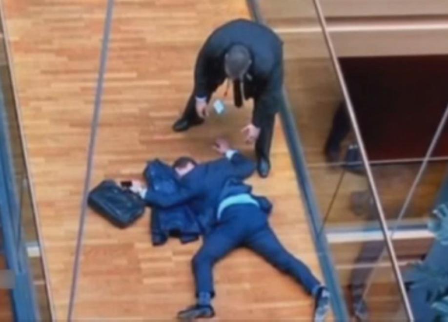 Депутат выпал изокна Европарламента после пощёчины отколлеги