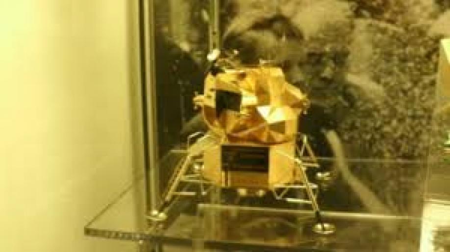 Из музея похитили золотую копию лунного модуля принадлежавшую Нилу Армстронгу