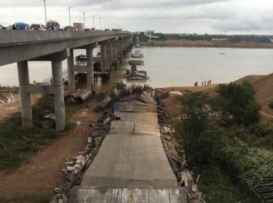 Камеры засняли момент обрушения автомобильного моста в КНР