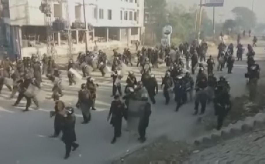 При разгоне демонстрантов вИсламабаде пострадали 150 человек
