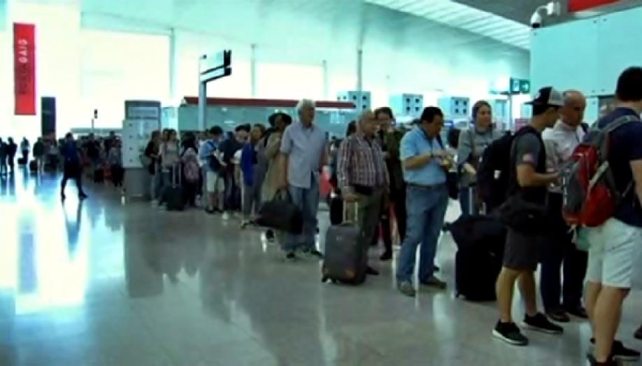 Ваэропорту Барселоны пассажиры часами стоят вочереди из-за забастовки персонала