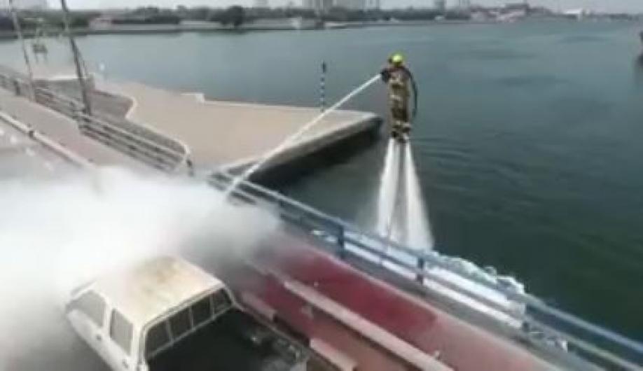 Власти Дубая показали систему пожаротушения «Дельфин» набазе водяного реактивного ранца