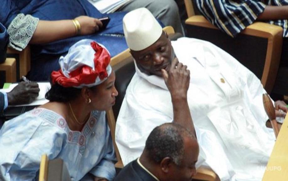 Засутки доистечения собственных полномочий президент Гамбии ввел режимЧП