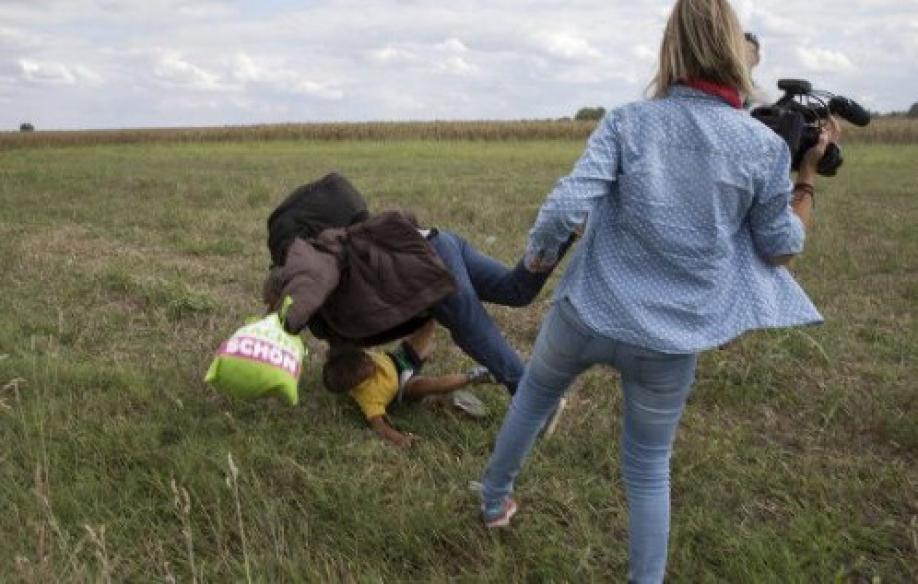 ВВенгрии журналистке предъявили обвинение заподножку беженцу