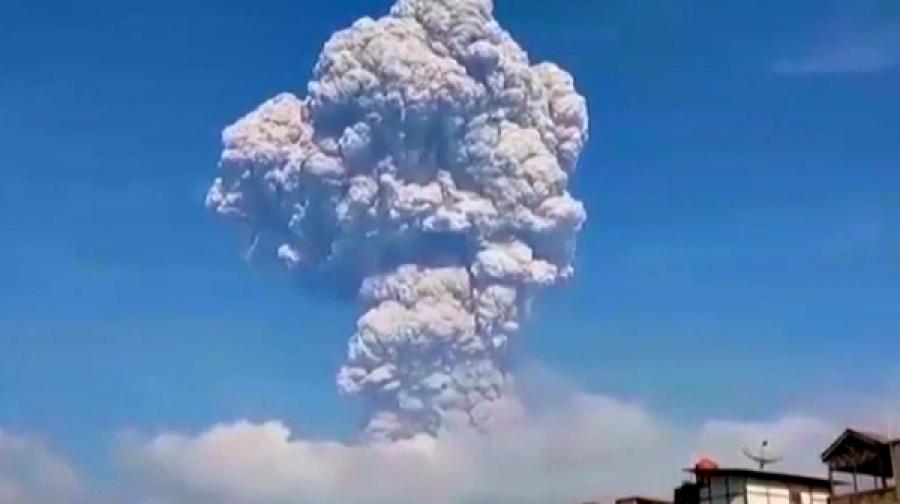 Извержение вулкана наСуматре сняли навидео— «Плюнул» внебо