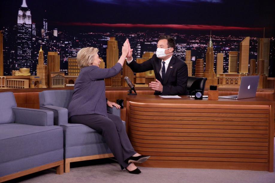 Американский телевизионный ведущий надел медицинскую маску, общаясь встудии сКлинтон