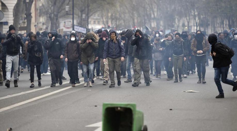 Демонстранты встолице франции закидали полицейских «коктейлями Молотова»