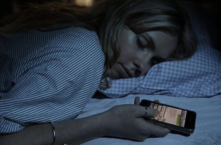 Ученые рекомендуют выключать наночь мобильные телефоны